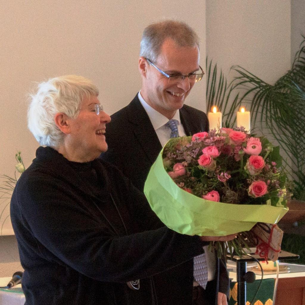 Martin dankt Hannelore in unser aller Namen     Foto: Andreas Krüskemper