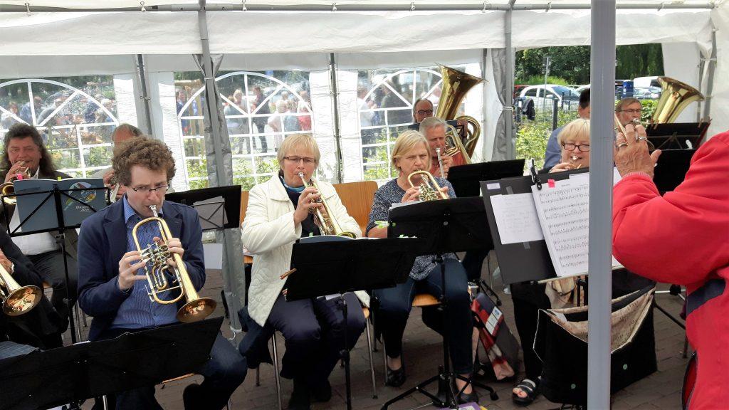 Erster Auftritt mit zwei Tuben - wir freuen uns, dass Werner mit seiner 5/4 Tuba jetzt bei uns mitspielt.